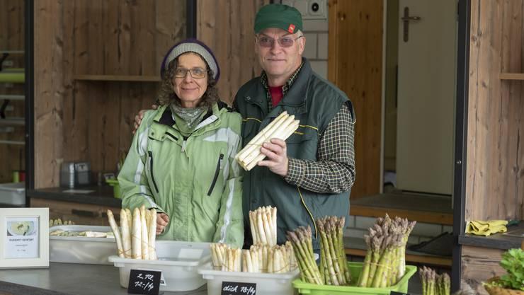 Für den Spargelbauer Andreas Tschanz und seine Frau Anita hat die Spargelernte begonnen. Die grünen und weissen Spargeln verkaufen sie im eigenen Hofladen.