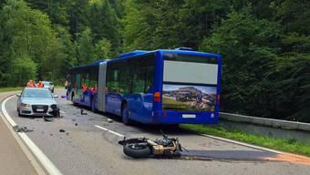 Der verunfallte Motorradfahrer starb noch auf der Unfallstelle.