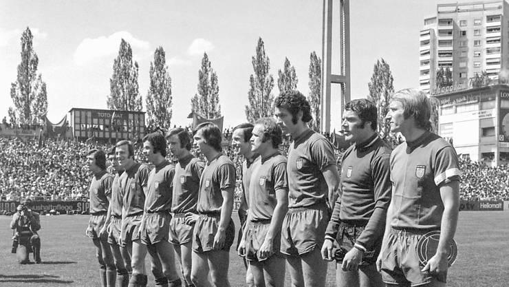Die Mannschaft des FC Basel vor dem Cupfinal 1972 im Wankdorf gegen den FCZ (von links nach rechts): Otto Demarmels, René Hasler, Bruno Rahmen, Ottmar Hitzfeld, Rolf Blättler, Walter Balmer, Peter Ramseier, Urs Siegenthaler, Walter Mundschin, Goalie Marcel Kunz, und Captain Karl Odermatt
