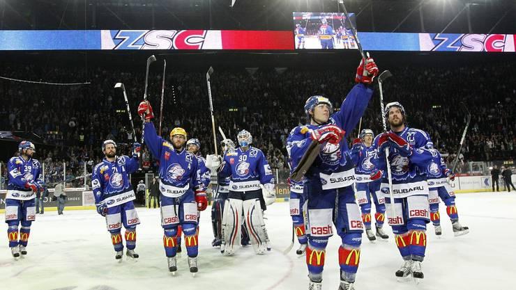 ZSC-Spieler bedanken sich nach dem grandiosen Sieg bei den Fans.