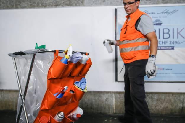 Wundermittel gegen Kleber, Zigarettenstummel oder Erbrochenes: In der orangen Ablage befindet sich die Ausrüstung, um die am Bahnhof anfallenden Arbeiten zu erledigen.
