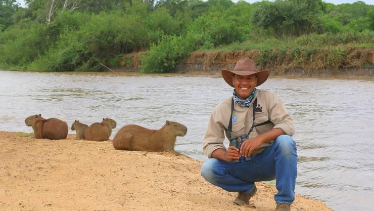 Guide Ailton Lara vor Wasserschweinen. Bild: Win Schumacher