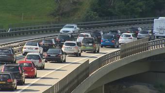 Vor dem Gotthard-Nordportal ist derzeit viel Geduld gefragt. Am Samstagmittag staute sich der Verkehr Richtung Süden zwischen Erstfeld und Göschenen auf zehn Kilometern. Reisende erwartete einen Zeitverlust von rund eineinhalb Stunden.