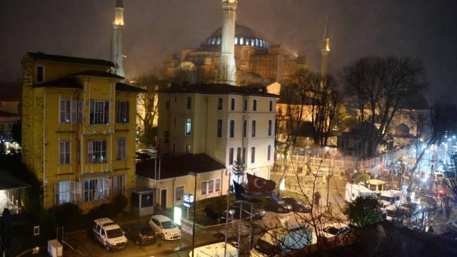 Angegriffene Polizeiwache (l), im Hintergrund die Hagia Sofia