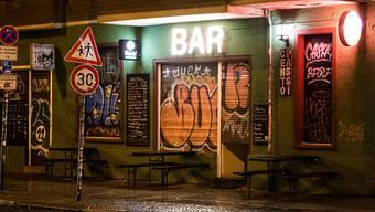 Eine Bar im Berliner Stadtteil Friedrichshain ist geschlossen. Das Berliner Verwaltungsgericht hat eine vom Senat beschlossene Sperrstunde in der deutschen Hauptstadt gekippt. Foto: Christophe Gateau/dpa