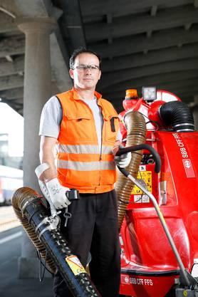 Seit fünf Jahren arbeitet der Kosovare als Reinigungskraft für die SBB und säubert Bahnhöfe. Der Job gefällt ihm besser als seine frühere Tätigkeit auf Baustellen.