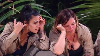Ziemlich gelangweilt: Elena Miras und Daniela Büchner im Dschungelcamp