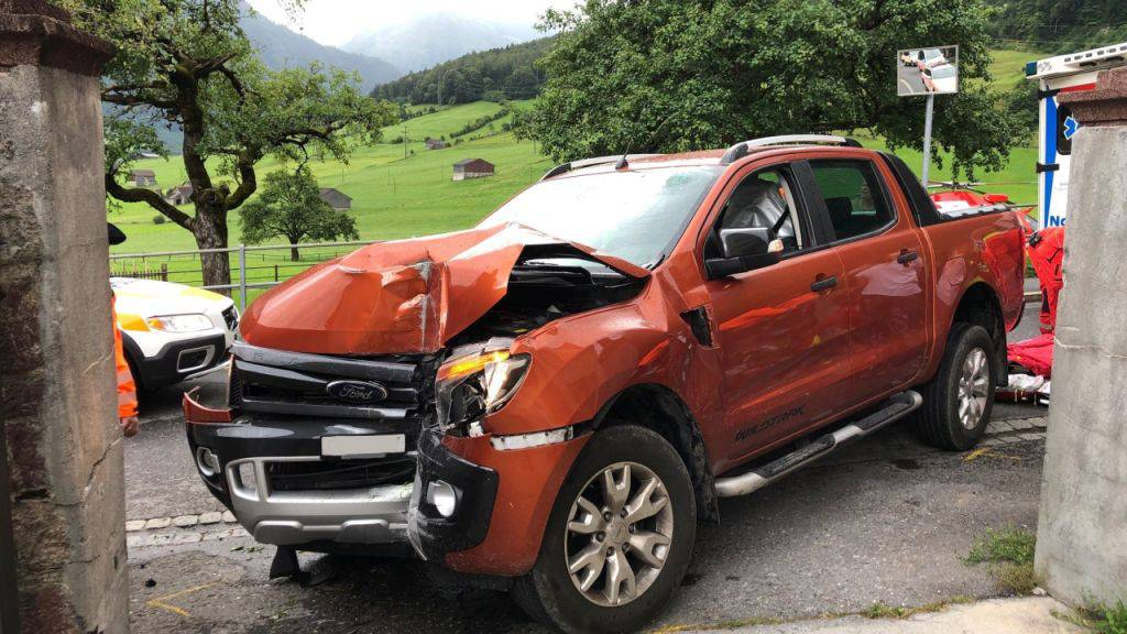Autofahrer prallt frontal gegen Gartenmauer