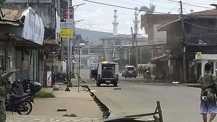 HANDOUT - Auf diesem vom philippinischen Roten Kreuz zur Verfügung gestellten Handout-Foto sichern Truppen ein Gebiet, nachdem zwei Explosionen die Stadt Jolo in der südphilippinischen Provinz Sulu getroffen hatten. Foto: Philippine National Red Cross/AP/dpa - ACHTUNG: Nur zur redaktionellen Verwendung im Zusammenhang mit der aktuellen Berichterstattung und nur mit vollständiger Nennung des vorstehenden Credits. Verwendung nur bis zum 07.09.2020.
