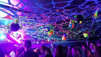 Die neonfarbige Spandex-Dekoration ist ein Blickfang.