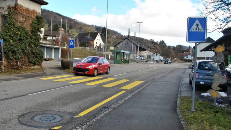 Anja Meyer fordert in ihrer Petition eine Mittelinsel beim bestehenden Fussgängerstreifen an der Zuzger Hauptstrasse.