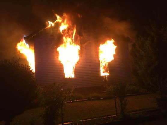 Das Haus brennt lichterloh.