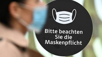 ARCHIV - Hinweis auf die Maskenpflicht in der Innenstadt von Frankfurt am Main. Foto: Arne Dedert/dpa
