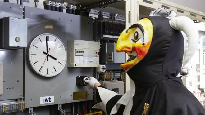 Ein paar Sekunden noch, dann wird der Schalter gedreht: Die IWB verlassen sich auf eine Atomuhr, die auf die Hundertstelsekunde genau ist. Foto: C. Kern, A.Fischer/IWB