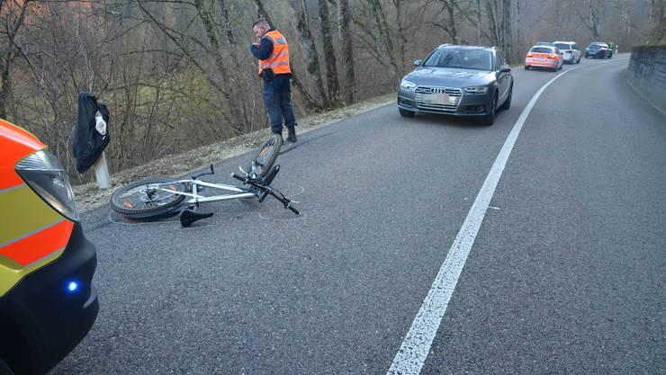 Der Velofahrer kam zu Fall und verletzte sich.
