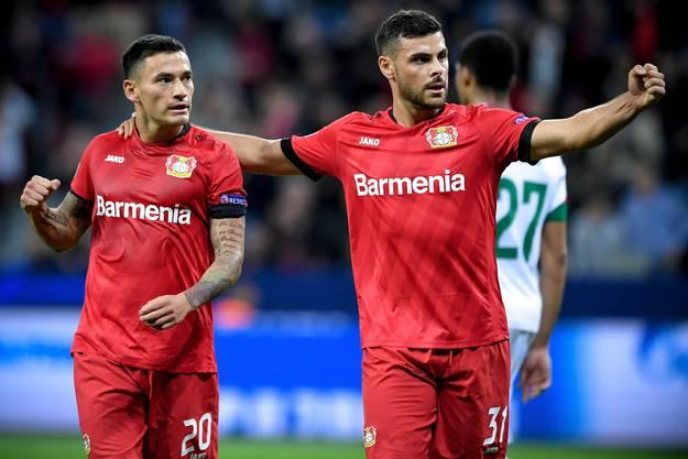 Der Ausgleichstreffer gegen den Gast aus Moskau ist vollbracht: Charles Aranguiz (l.) und Kevin Volland freuen sich über das 1:1 für Leverkusen.