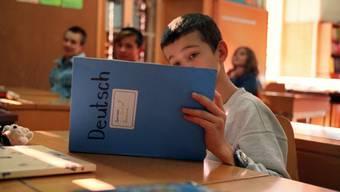Flüchtlingskind lernt Deutsch in Schweizer Schule (Symbolbild)