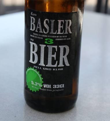 Partybier Der Begriff «Bier aus der Region» trifft für dieses Bier eigentlich nicht zu. Zwar stammen Hopfen und Malz vom Hof Klosterfiechten auf dem Bruderholz. Eine Brauerei, die dieses Bier herstellt, findet sich in Basel aber keine. Das Bier, das besonders baslerisch sein will, wird nämlich im Appenzell gebraut. «Em Basler sy Bier» fällt sofort durch seine Farbe auf. Ausserordentlich hell ist das Allerweltsbier, das sich beispielsweise gut an einer Party trinken liesse. Nicht besonders würzig, nicht besonders bitter, süffig aber insgesamt auch ziemlich langweilig schmeckt das zum Lokalbier erhobene Gesöff. Auch die Etikette wurde nicht mit besonders viel Liebe gestaltet; dafür ist sie für ein Bier zu modern. Das Bier schmeckt durchschnittlich, hat aber beim Abgang einen bitteren Nachgeschmack von Verrat an der Basler Braukultur. Note 3