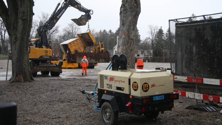 Die Sondierungsarbeiten für den Neubau beanspruchten schweres Gerät.