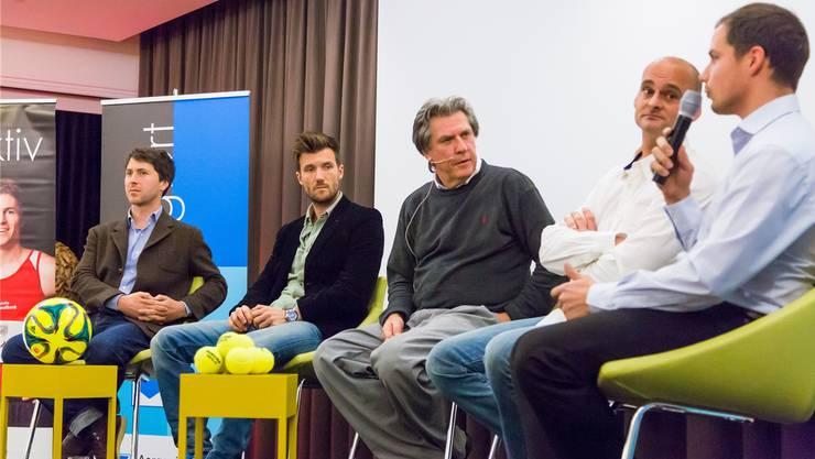 Raphael Kern, Raphael Wicky, Bernhard Schär, Alexis Bernhard und Marc Schneider beim Podiumsgespräch in Oberentfelden.