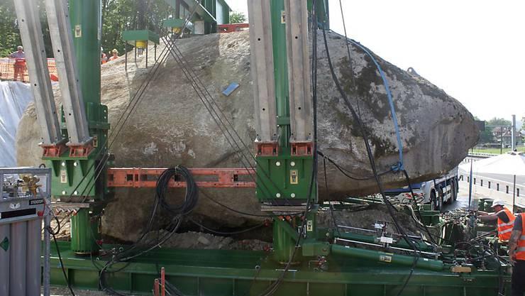 Ein Koloss steht im Weg: Der Findling bei Muri BE wird mit Presswerkzeugen angehoben und von der Autobahn weggeschoben.