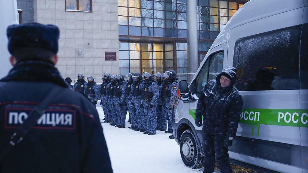 Polizeibeamte stehen vor Beginn des Prozesses gegen Nawalny vor dem Babuskinsky Bezirksgericht Wache. Zur Ahndung schwerer Menschenrechtsverletzungen hat die EU ein neues Instrument geschaffen. Foto: Alexander Zemlianichenko/AP/dpa