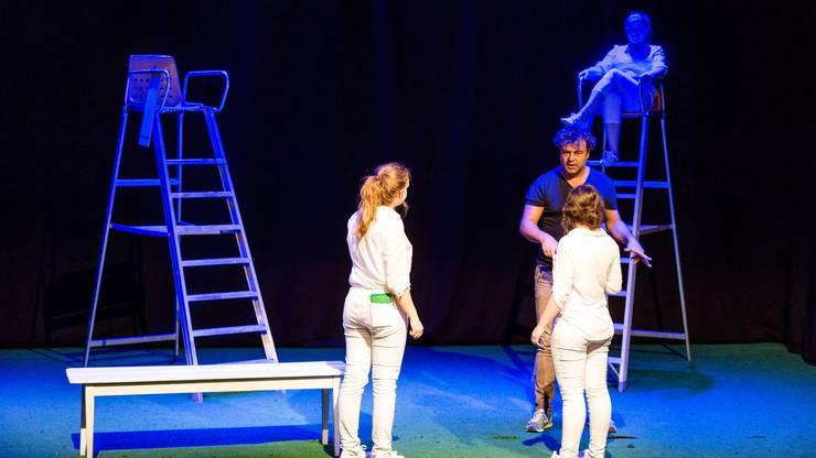 Die Schüler entführen mit simplen Kostümen und schlichtem Bühnenbild in das romantisch-verstrahlte Universum von Heinrich von Kleist.