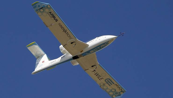 Das Elektroflugzeug kurz vor der Landung in Calais