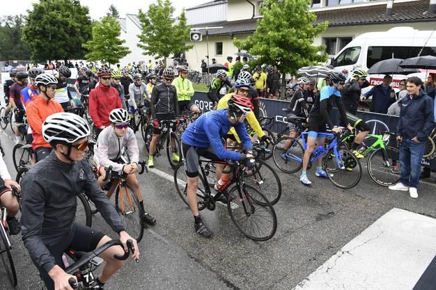 Warten im Regen bis Silvan Dillier (ganz rechts) den Startschuss gibt.