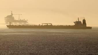 """Der von britischen Spezialeinheiten aufgebrachte Supertanker """"Grace 1"""", der nun auf Adrian Darya umbenannt wurde, ist wieder auf Fahrt. Das Ziel ist noch unbekannt. Iran hat versichert, das Öl an Bord des Tankers werde nicht nach Syrien geliefert. (Foto: Carrasco Ragel / EPA)"""