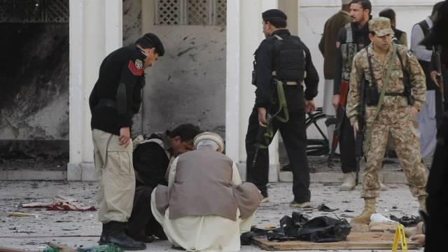 Sicherheitsleute auf Spurensuche in der zerstörten Moschee (Archiv)