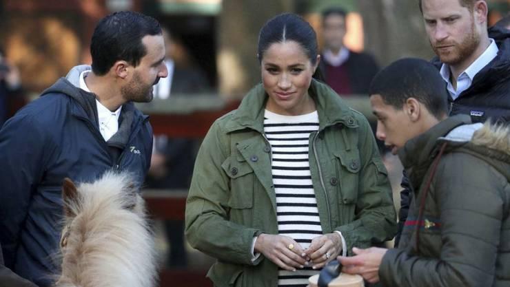 Zur letzten geplanten Auslandsreise vor der Geburt ihres ersten Babys sind Prinz Harry (r.) und Herzogin Meghan (3. v.r.) im Februar 2019 nach Marokko gereist.