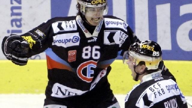 Die Fribourger Bykow (r.) und Sprunger freuen sich über ihren Auswärtssieg gegen Servette