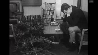 Wie nur entledigen sich Herr und Frau Schweizer nach Weihnachten des Christbaumes? Ein «Antenne»-Beitrag vom 8. Januar 1964.