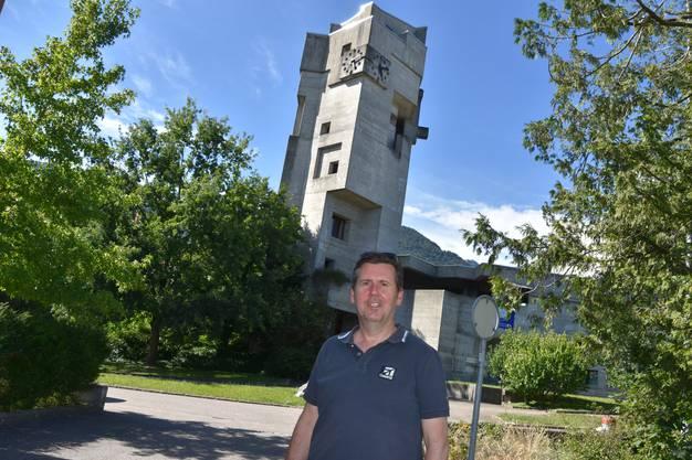 Wieslaw Reglinski vor der Bettlacher Kirche, wo er in der Pfarrwohnung wohnt.