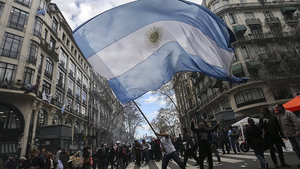 Zehntausende Argentinier demonstrieren in Buenos Aires gegen die Wirtschaftspolitik des konservativen Staatschefs Mauricio Macri.