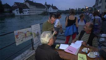 Im Juli 2001 sammelte Treppen- Initiant Hanspeter Bader (r.) am Landhausquaifest fieberhaft Unterschriften für seine Variante statt der geplanten Plattform. Trotz über 3100 Signaturen hatte die Treppen-Idee politisch keine Chance.