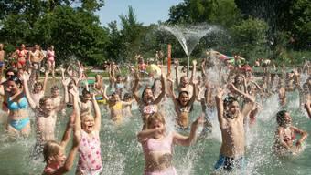 Auch an Pfingsten dürften sich so einige Kinder im Wasser der Aargauer Badis tummeln. (Archiv)