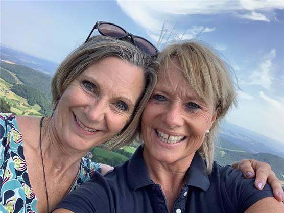 Die Nationalrättinen Maya Graf (Grüne) und Elisabeth Schneider-Schneiter machten ein Gipfelselfie auf der Belchenflue.