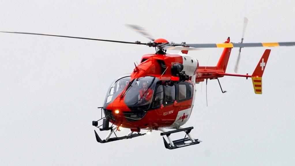 Die Rega musste den Verletzten ins Spital bringen (Symbolbild).
