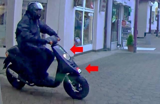 Fahndungsfoto mit dem Roller, das der Bankräuber in Oberdorf als Fluchtfahrzeug verwendete.