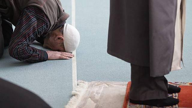 Muslime beten während dem Freitagsgebet in der Moschee in Langenthal (Symbolbild, Archiv)