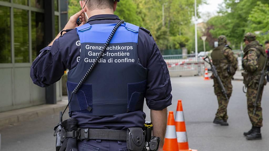 Das Grenzwachkorps wurde während der ausserordentlichen Lage von Soldaten der Armee bei der Überwachung der Grenzen unterstützt. (Archivbild)