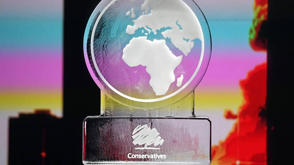 Torys verärgert: TV-Sender ersetzt Johnson durch Eisskulptur