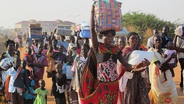 Bringen Hab und Gut aus Juba in Sicherheit: Flüchtlinge im Südsudan
