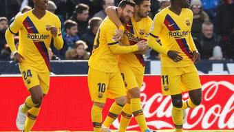 Lionel Messi (10) und Luis Suarez freuen sich über das 1:1