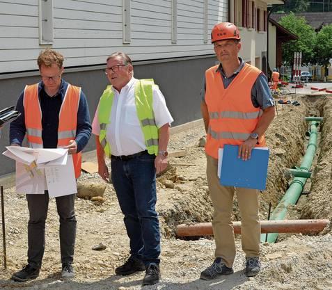 Joachim Buser (links) und Adrian Schaad begutachten mit Gemeindepräsident Kurt Bloch das Nadelöhr, welches entschärft wird.