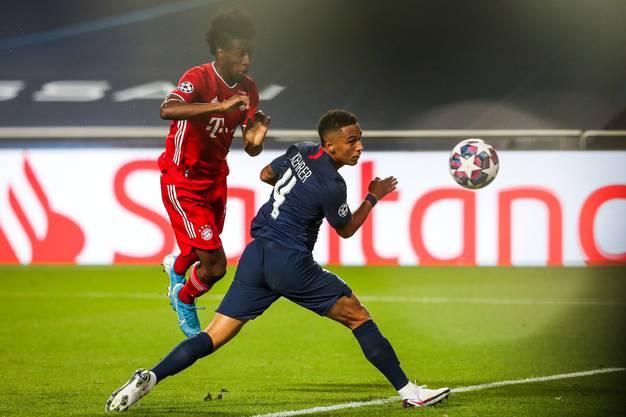 Kingsley Coman köpfelt zum 1:0 für die Bayern ein. Der Pariser Thilo Kehrer (rechts) kann nichts mehr ausrichten.