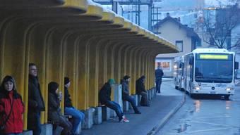 «Nackte Katastrophe»: Die Bushaltestelle beim Bahnhof Lenzburg bietet keinen Komfort. (Toni Widmer)
