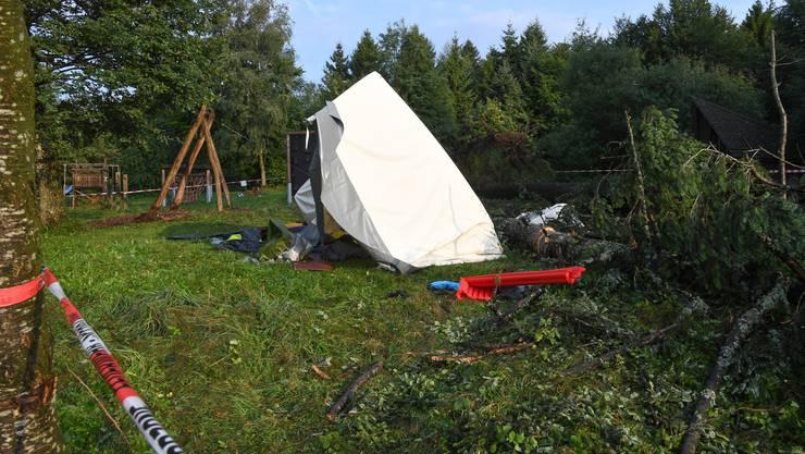 Ein beschädigtes Zelt auf dem Gelände des Jugenzeltlagers bei Rickenbach.